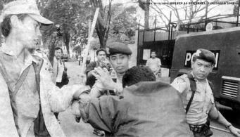 Aku Digebuk Polisi, Liputan SURYA (10/10/2001)